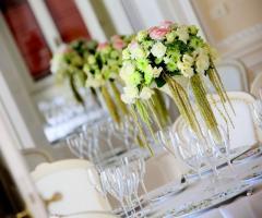 Allestimento floreale per i tavoli di nozze