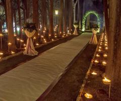 Viale d'entrata della villa illuminato con candele