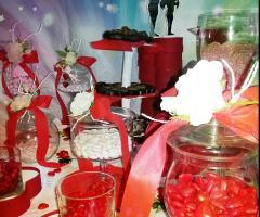Il tavolo della confettata sui toni del rosso