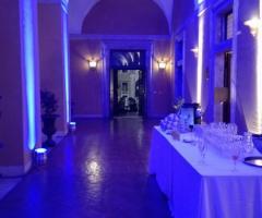 Portico illuminato per il matrimonio serale a Palazzo Cardinal Cesi