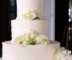 Torta nuziale con fiori bianchi