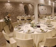 Masseria Torre di Nebbia - Allestimento dei tavoli  nella sala interna