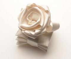 Conti Confetteria Torino - Rosa fatta a mano che lega tre cuscini contenenti una degustazione dei nostri confetti