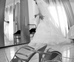Fotografia della sposa durante i preparativi frenetici del suo matrimonio
