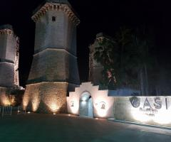 Oasi  Quattro Colonne - L'ingresso della struttura di sera