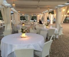 Masseria Santa Teresa - Tavoli sotto il gazebo di sera