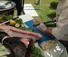 Lo chef prepara il piatto di pesce