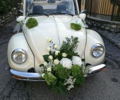 Noleggiami Maggiolini & Co - Addobbo floreale in lilla con fiori bianchi
