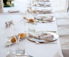 Allestimento della tavola per le nozze