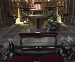 Bang Bang Wedding - Gli addobbi floreali sull'altare in chiesa
