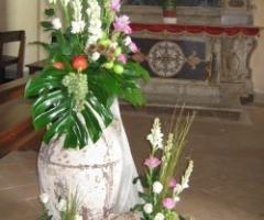 Allestimento con vasi e anfore per la cerimonia in chiesa