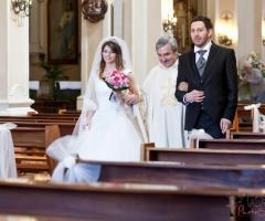 Foto degli sposi con il prete