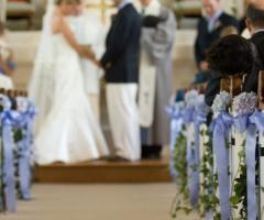Addobbi floreali per la chiesa e l'automobile del matrimonio