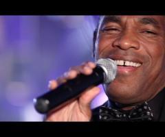 Orlando Johnson canta ad un matrimonio