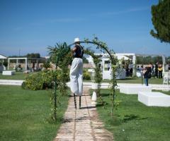 Un trampoliere gira per la location di nozze