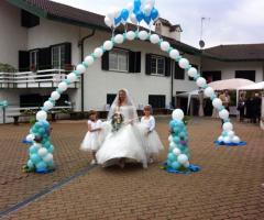 Bang Bang Wedding - La sposa con le damigelle sotto l'arco di palloncini