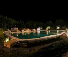 La piscina della location illuminata di notte