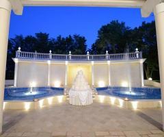 I Giardini della Corte - Torta nuziale in un ricevimento di nozze serale