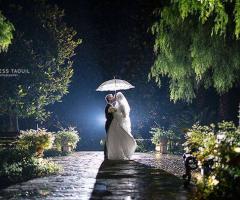 Gli sposi sotto l'ombrello