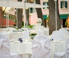 Allestimento del banchetto di nozze in giardino