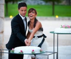 Sposi durante il taglio della torta