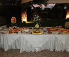 Buffet di dolci al ricevimento di nozze