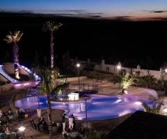 La piscina illuminata per un matrimonio serale