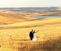 Foto di matrimonio nel campo di grano