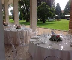 Tavoli per le nozze sotto il portico
