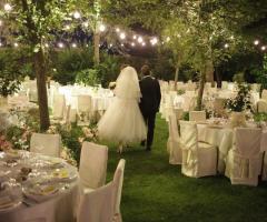 Gli sposi tra i tavoli in giardino