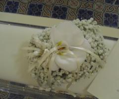 Decorazione floreale con nebbiolina e orchidee bianche