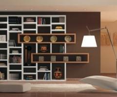 Libreria con elementi in legno per la casa degli sposi