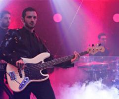 La band durante un'esibizione