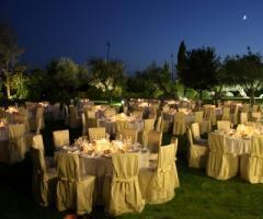 Allestimento matrimonio serale nel grande parco