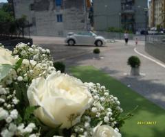 Addobbi di rose bianche e nebbiolina per il matrimonio