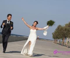 Foto degli sposi che ballano per strada