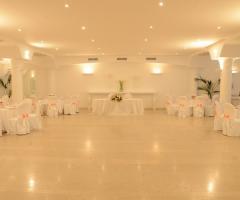 Sala bianca per il ricevimento di nozze
