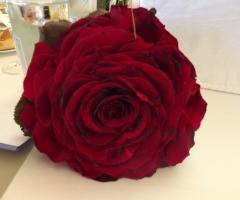 Decorazione con rose rosse per il ricevimento di nozze