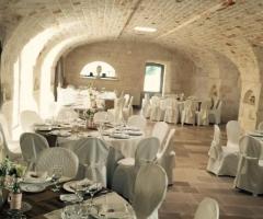 Masseria Grieco - L'allestimento dei tavoli nella sala interna