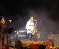 Sassofonista e cantante del gruppo sul palco
