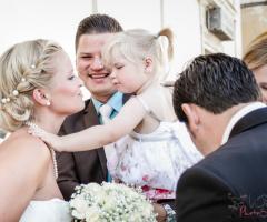 Fotografia in stile reportage della sposa con la sua bambina