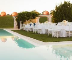 Villa Cenci - Tavoli all'aperto a bordo piscina
