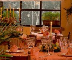 Mise en place per le nozze nella sala superiore di Parco Gambrinus