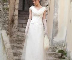 Daniela Gristina - Abito da sposa con scollo a V e guanti glamour