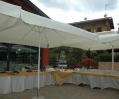Buffet per gli aperitivi nel giardino della location di matrimonio