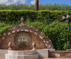 Una fontana della tenuta