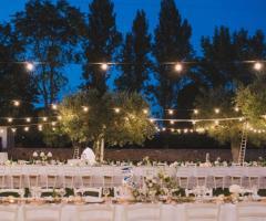 Grand Hotel La Chiusa di Chietri - I tavoli per il ricevimento di nozze all'aperto di sera