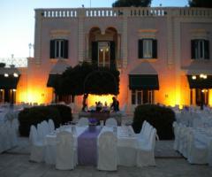 Allestimento del matrimonio all'aperto al tramonto