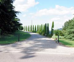Villa Fabio - Il viale di ingresso con il parcheggio
