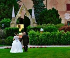 Sposi durante il ricevimento in un castello